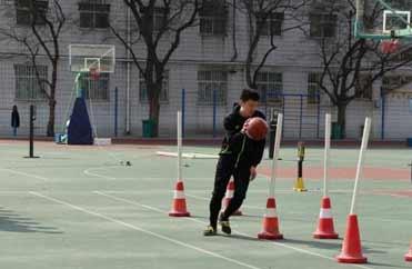 篮球运球绕杆