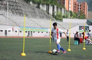男子足球绕杆