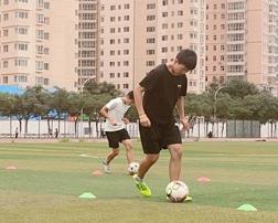 足球运球绕杆训练